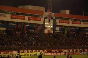 Torcida lotou o estádio e incentivou constantemente os jogadores, ajudando na conquista dos 3 pontos Foto: Pedro Melo