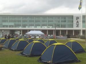 Agentes prometem ficar acampados em frente ao Palácio Iguaçu Foto: Daniel Malucell