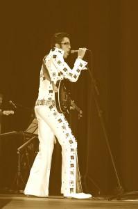 Adam Presley interpretando Elvis Presley / Foto: Fernanda dos Santos