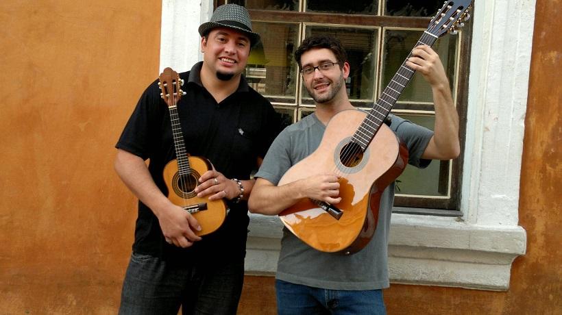 Julião Boêmio (à esquerda), no cavaquinho, e Lucas Melo, com o violão sete cordas, comandam as rodas Foto: Divulgação