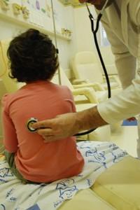 Muitas vezes, doenças causadas por mudanças climáticas repentinas levam crianças à consultas em pediatras (Foto: Caroline Paulart)