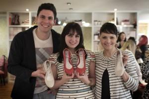 Os sócios da marca Gustavo Kreeling e Fabiana Montalvão com a blogueira Melina Souza (centro) e o modelo de sapatilha desenvolvido por ela. Crédito: Alexandre Cardinal