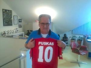 Dentre uma das camisas de sua coleção, está a camisa da seleção da Hungria de Puskas / Foto: Gabriel Sawaf