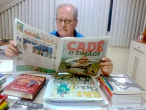 Martins é um leitor fiel do jornal Lance / Foto: Gabriel Sawaf