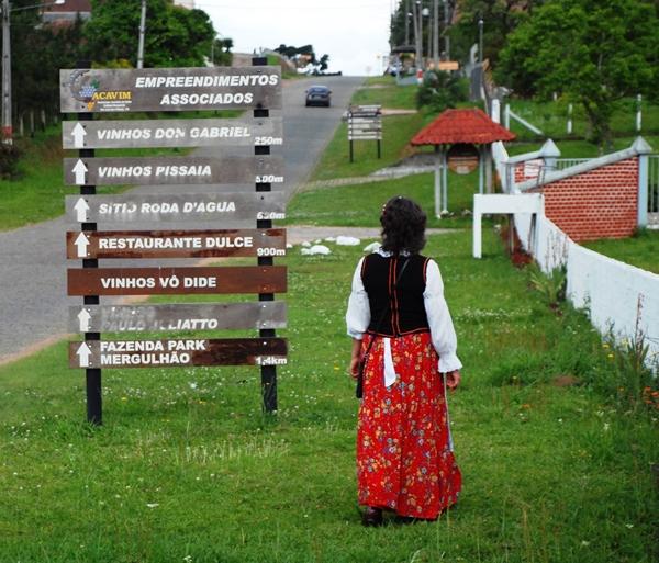 A presidente da Associação Caminho do Vinho - Rosana Juliatto, acompanha os visitantes no passeio