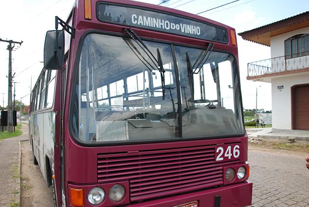 Ônibus da Linha Turismo no trajeto Caminho do Vinho