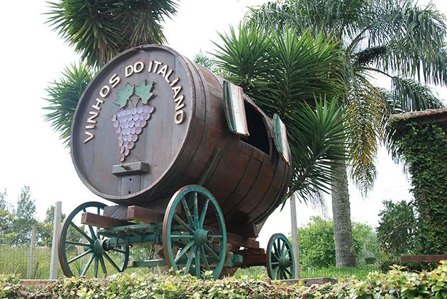 Os antigos tonéis de madeira viraram apenas peças de decoração nas vinícolas e cantinas da região
