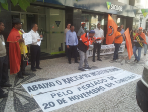 Grupos estiveram na rua IX de Novembro para protestar  Foto: Daniel Malucelli