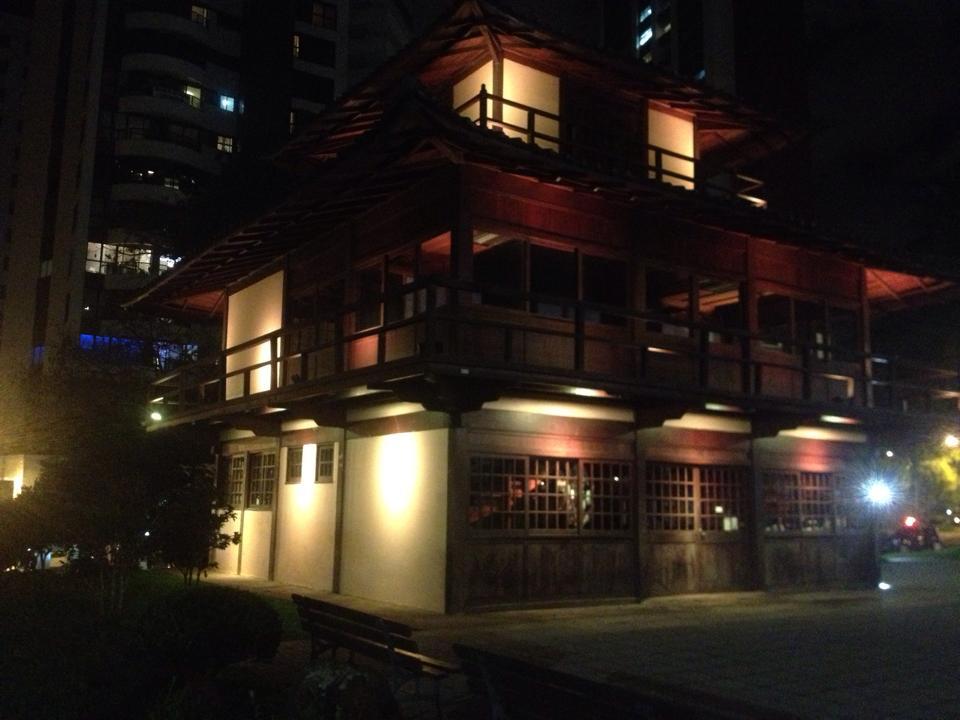 Iluminação Amarela no Memorial da Imigração Japonesa.