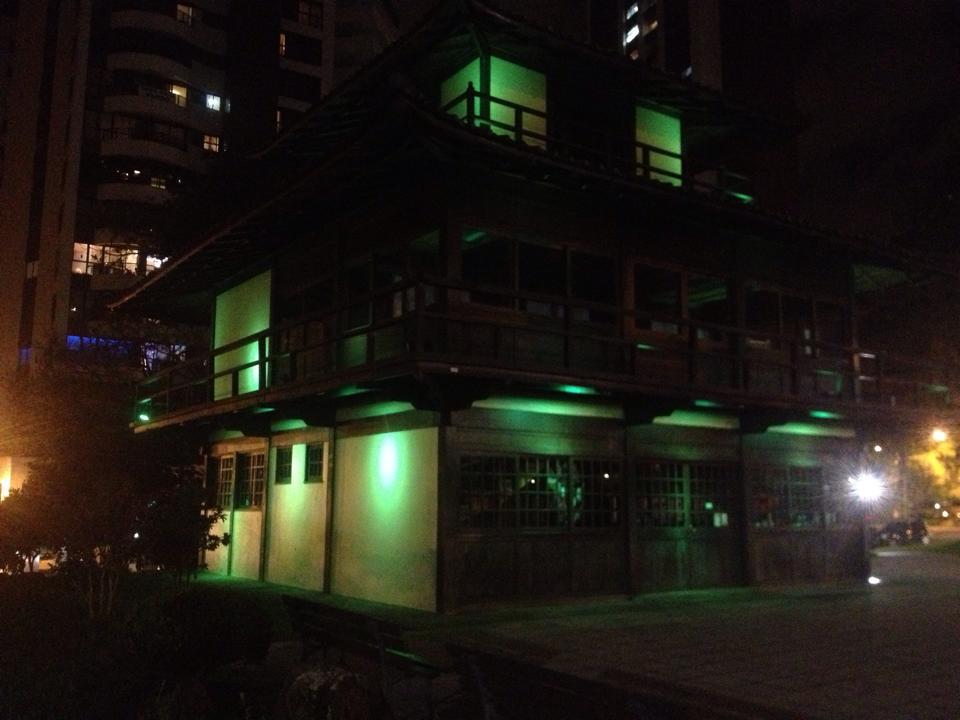 Memorial da Imigração Japonesa com iluminação verde.
