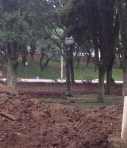 Novos postes de iluminação estão sendo instalados na Praça Afonso Botelho