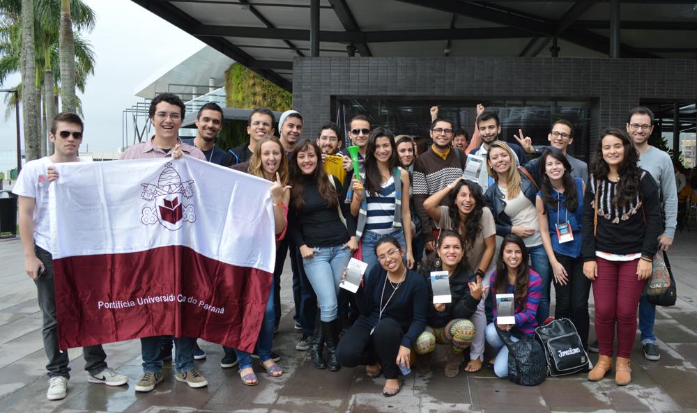Alunos representando a PUCPR em Palhoça, Santa Catarina