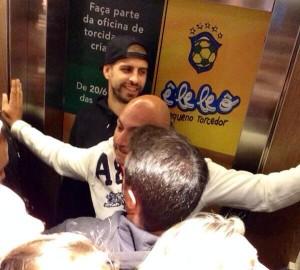 O jogador Gerard Piqué esteve passeando pelo shopping Pátio Batel e chamou a atenção de quem estava no local | Foto: Pedro Domingues
