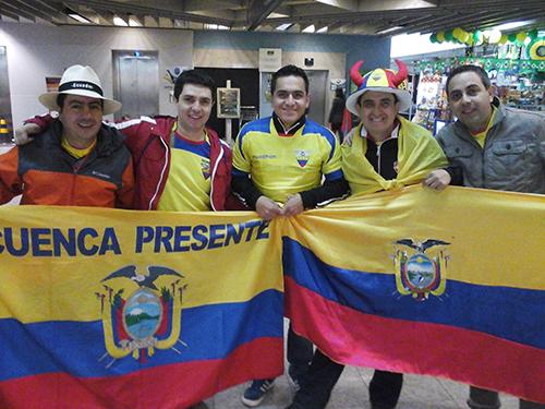 Torcedores equatorianos estiveram no aeroporto para recepcionar a sua seleção   Foto: Renan Araújo