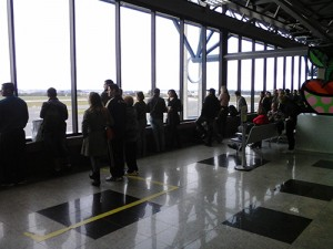 Algumas pessoas estavam presentes no Afonso Pena esperando a chegada dos times   Renan Araújo