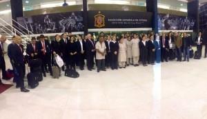 Espanhóis tiraram foto com funcionários no CT do Caju | Foto: Reprodução/Twitter Federação Espanhola