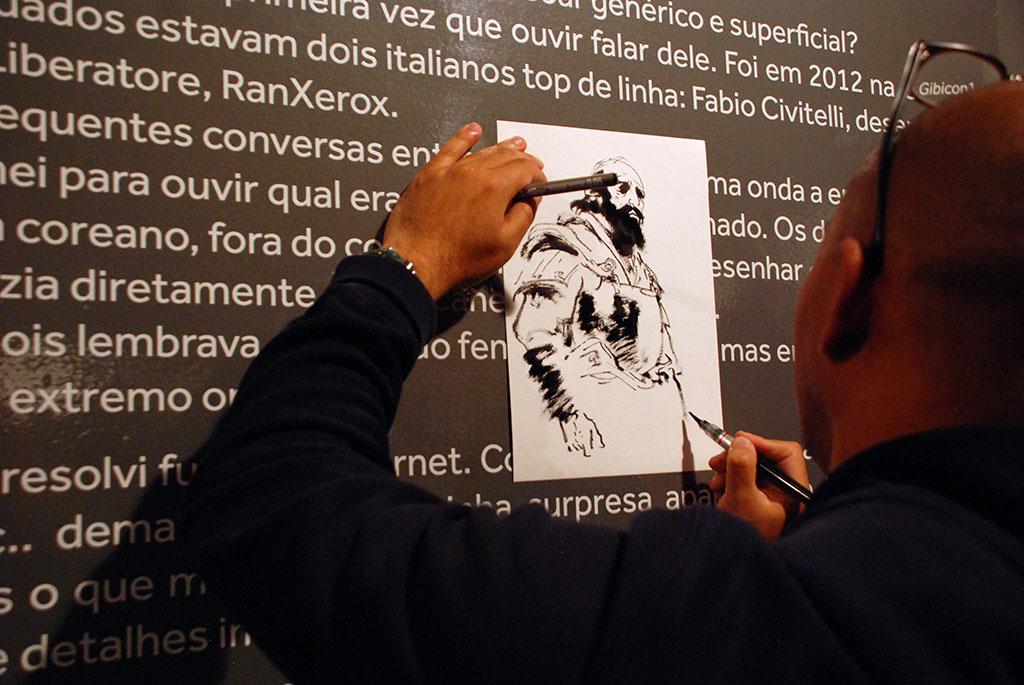 Kim Jung Gi desenha a pedido dos fãs | Foto: Carolina Mello