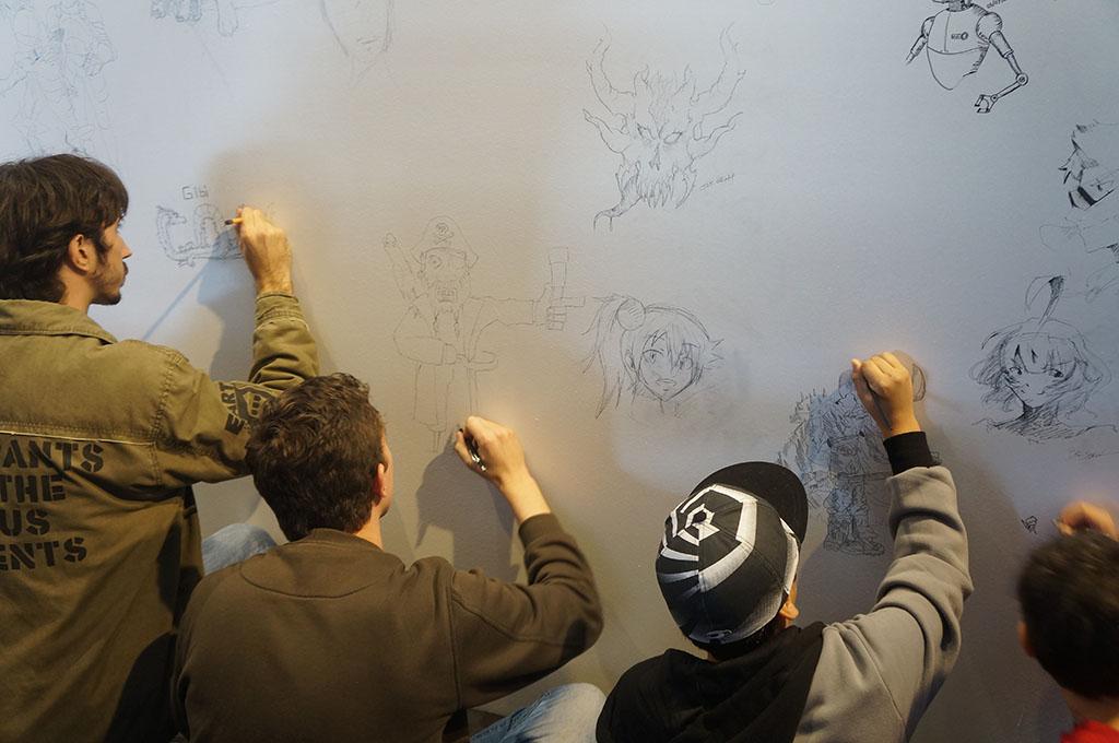 Público é convidado a desenhar em um mural conjunto
