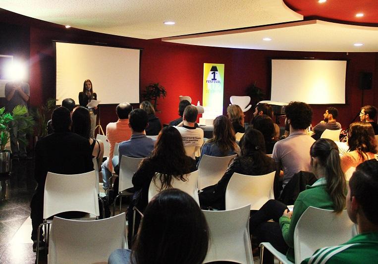 Decana da Escola de Comunicação e Artes, Eliane Francisco, faz a abertura oficial do evento