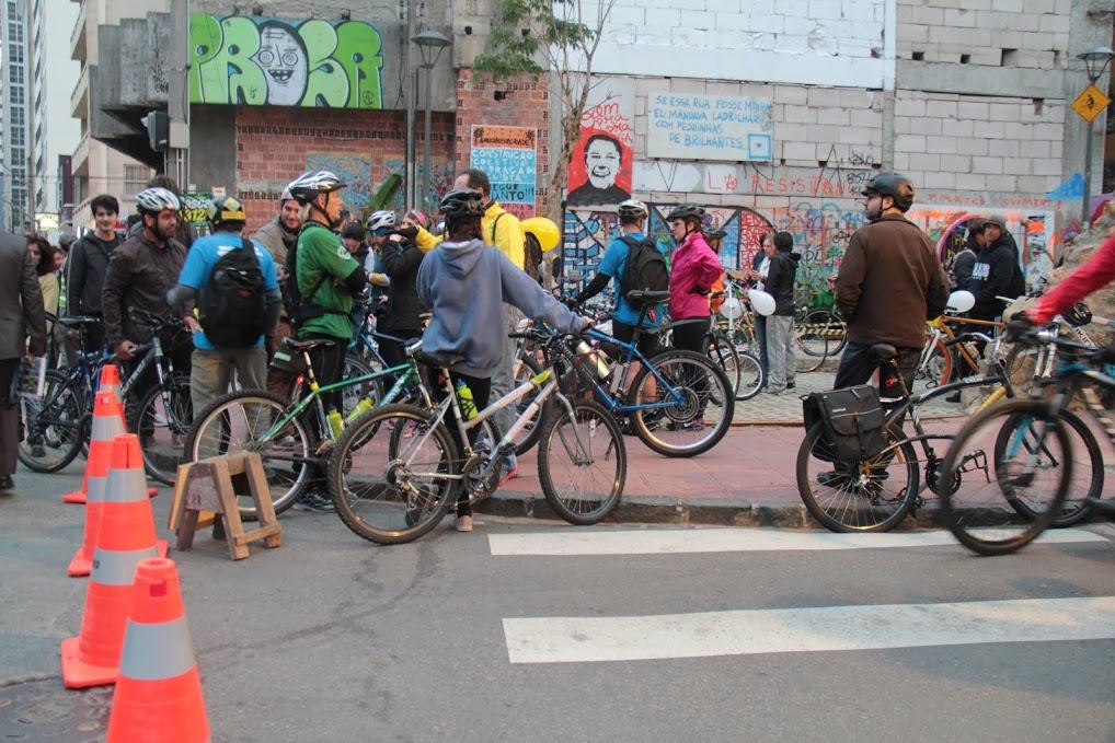 Cerca de mil bicicletas circularam pelo centro, os ciclistas lutam por mais espaço nas ruas de Curitiba | Foto: Gabriela Jahn