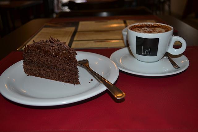 Torta de chocolate meio amargo e capuccino italiano -  Allez Allez Café Bistrô