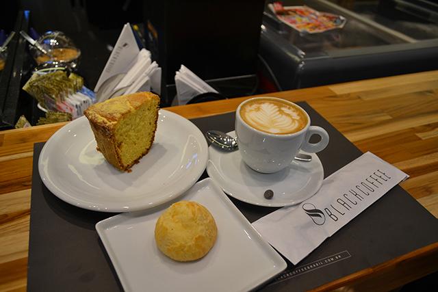 Bolo de fubá, capuccino e pão de queijo- Black Coffee