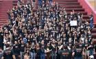 Aproximadamente 100 pessoas se reúnem reivindicando o fim da perseguição aos jornalistas. Foto: Renata Martins