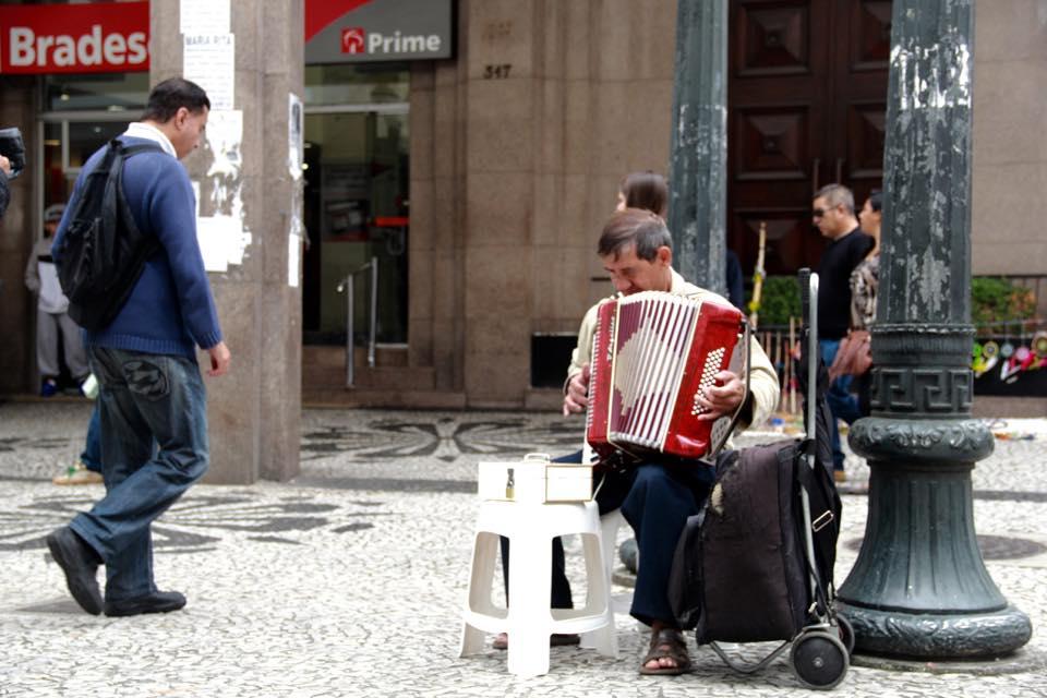 O sanfonista que encanta a todos com a sua habilidade de tocar.