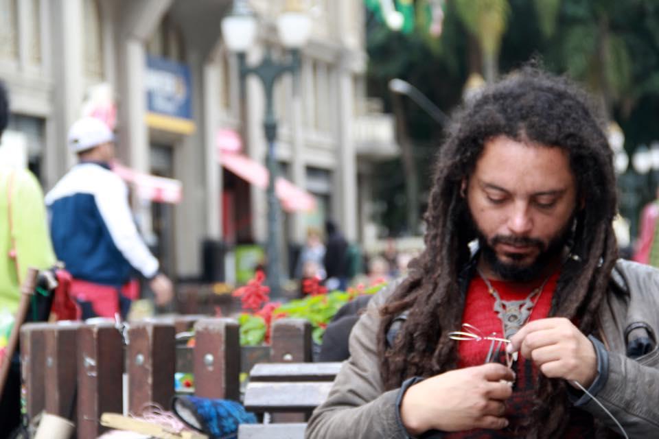 O Cesar Strada vende seus artesanatos e desenhos em arame.
