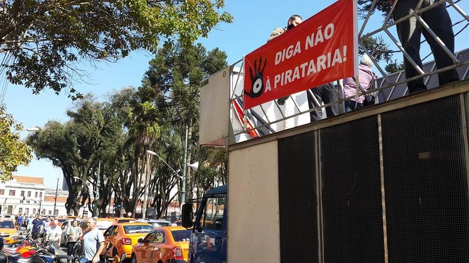 Carro de som usado pelos taxistas na manifestação que antecedeu a assembléia pública do dia 28 Foto por Lívia Assunção