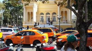 Táxis estacionados enfrente a Câmara Municipal de Curitiba durante a manifestação