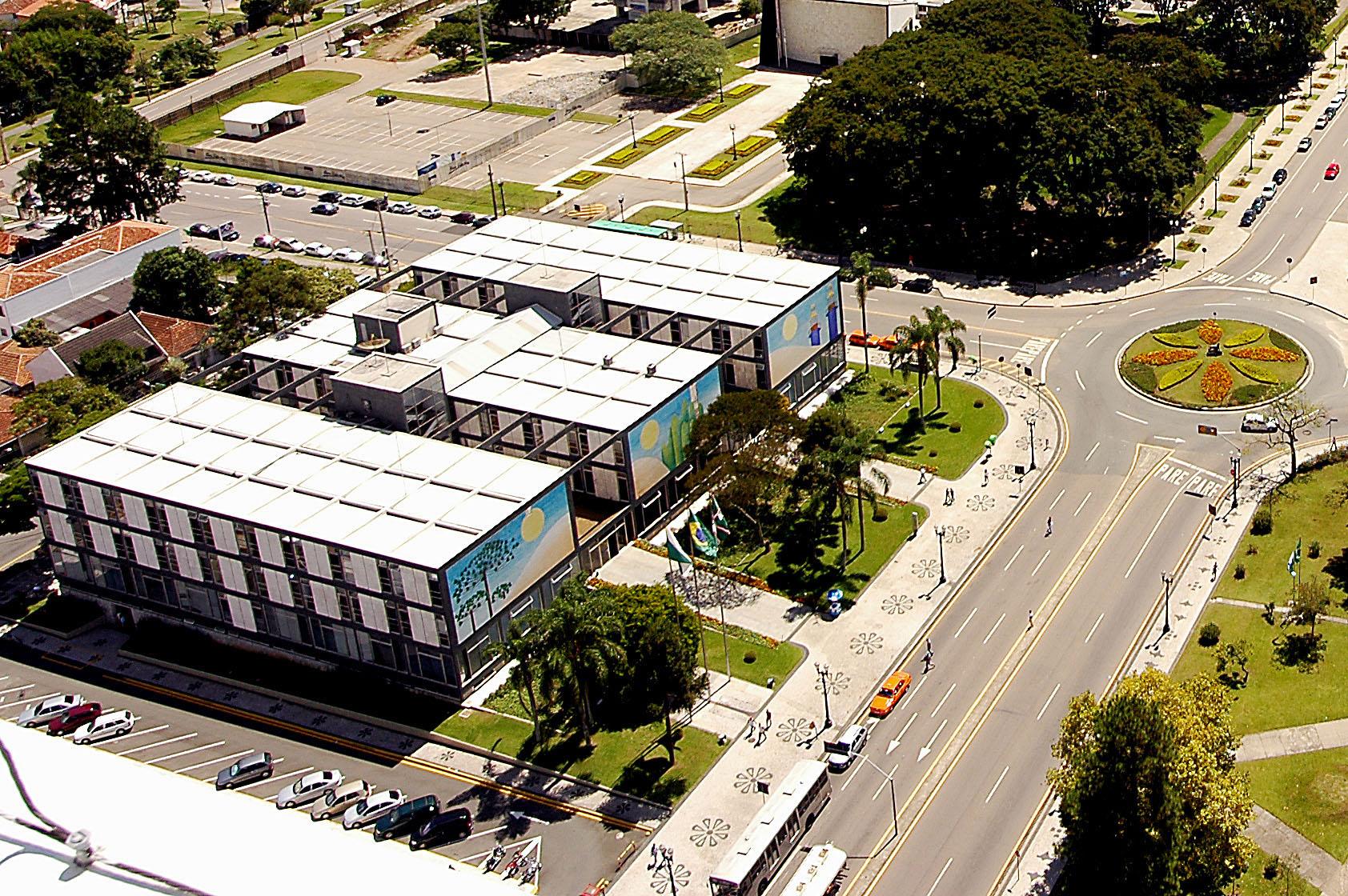 Centro Cívico: arquitetura moderna, uso do concreto armado, linguagem formal, grandes panos de vidros nas fachadas. Crédito: Nani Góis/SMCS