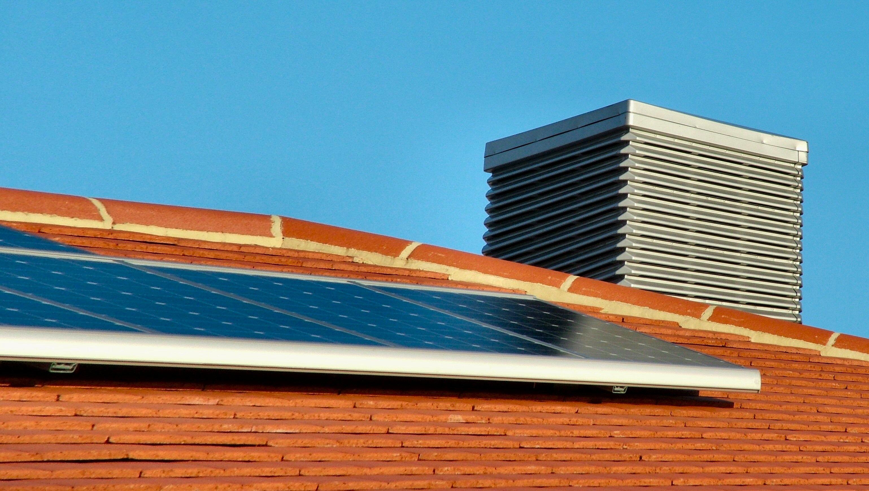 Painéis fotovoltaicos se tornam cada vez mais populares em residências, indústrias e comércio do Brasil.