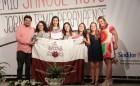 Estudantes da PUCPR recebendo um dos prêmios da noite | Foto: Julyana Dal Bó/Portal Comunicare