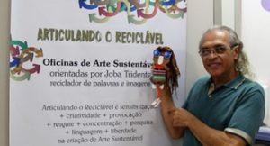 Professor Joba Tridente com o cartaz da oficina e a boneca MaryLinda, criada em 2010 |Foto: Larissa Miglioli