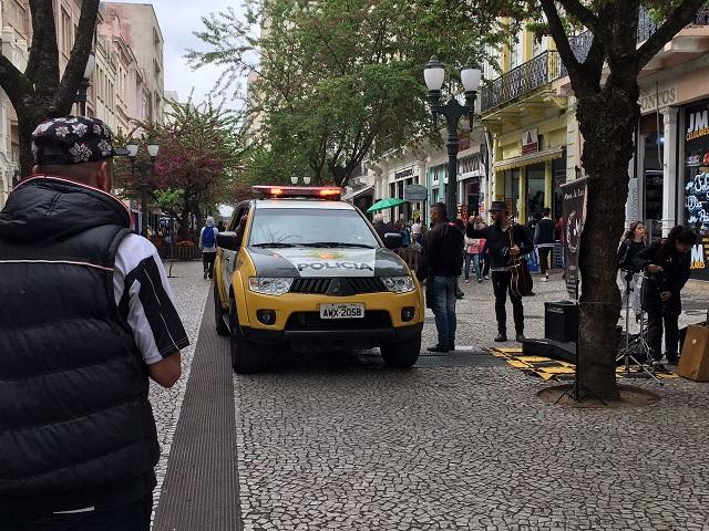 Policial no calçadão da Rua XV   Crédito: Ana Clara Braga