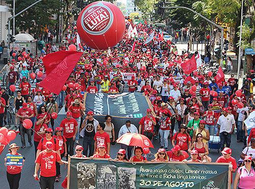 Mais de cinco mil educadores(as) públicos(as) se reuniram em Curitiba, para o ato da APP-Sindicato. Foto:Divulgação/Alexandre Kurovski.