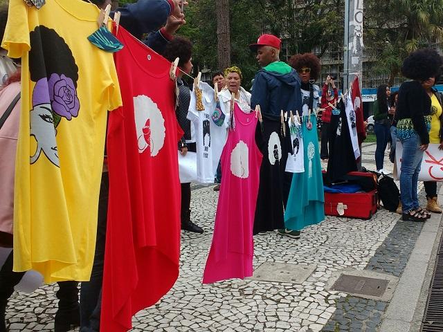 Marcha - Comerciantes aproveitam Marcha do Orgulho Crespo para vender camisetas