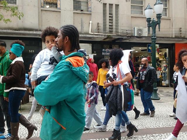 Marcha - Crianças acompanhadas dos pais participam da Marcha do Orgulho Crespo