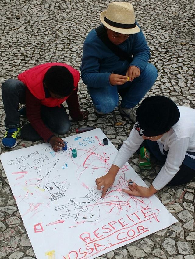 Marcha - Crianças produzem cartaz para Marcha do Orgulho Crespo