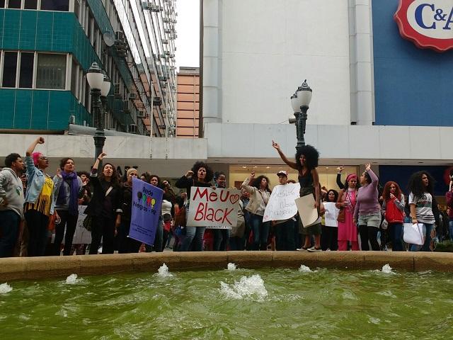 Marcha - Mulheres com cabelo crespo e cacheado se concentram na Rua XV de Novembro