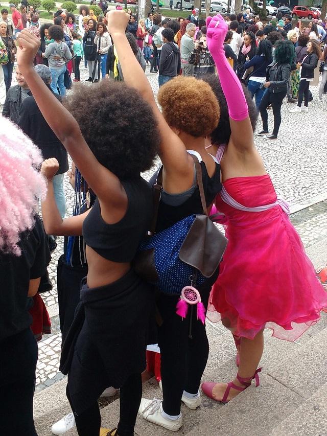 Marcha - Orgulho negro e crespo é representado na Praça Santos Andrade