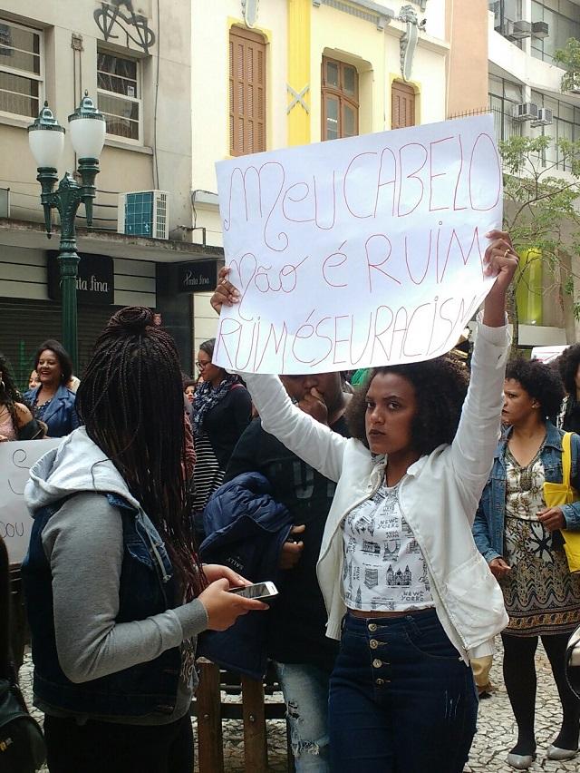 Marcha - Protestante exibe cartaz contra preconceito
